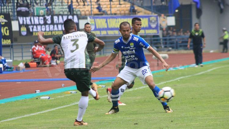 Supardi kawal ketat Abduh Lestaluhu tengah menendang bola. Copyright: Arif Rahman/INDOSPORT