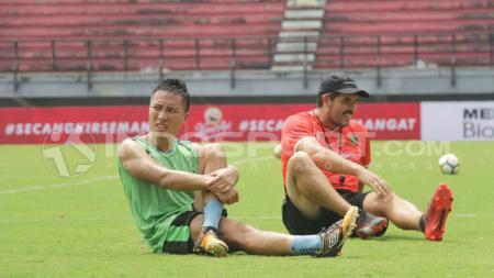 Arthur Irawan (kiri) saat latihan bersama Persebaya Surabaya. - INDOSPORT