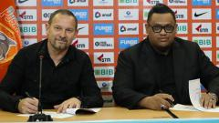 Indosport - Dejan Antonic saat menandatangi kontrak bersama Nabil Husein (kanan).