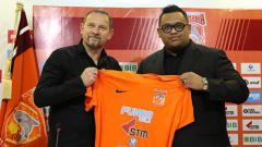 Indosport - Nabil Husein perkenalkan Dejan Antonic sebagai pelatih baru Borneo FC.