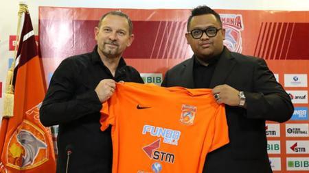Nabil Husein perkenalkan Dejan Antonic sebagai pelatih baru Borneo FC. - INDOSPORT