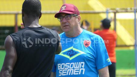 Pelatih PSM, Robert Rene Alberts (kana) saat berbincang dengan Bruce Djite - INDOSPORT