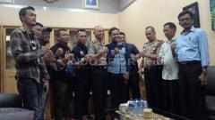 Indosport - Viking Persib Club (VPC) mendatangi Mapolrestabes Bandung, Jalan Merdeka, Kota Bandung, Kamis (29/3/2018).