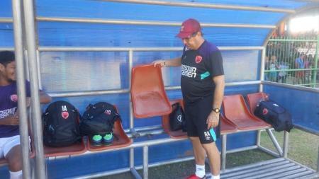 Kondisi bench pemain di Stadion Marora. - INDOSPORT