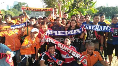 Jakmania dan Aremania merupakan dua suporter klub sepak bola Indonesia yang dikenal memiliki hubungan harmonis. - INDOSPORT
