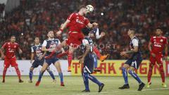 Indosport - Proses gol ketiga Persija ke gawang Arema FC yang dicetak oleh Jaimerson da Silva lewat sundulan. Herry Ibrahim