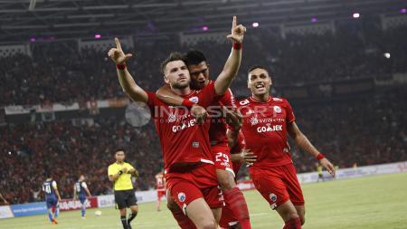 Selebrasi Marko Simic dan rekannya atas gol pertama Persija. Herry Ibrahim - INDOSPORT