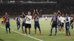 Indosport - Para pemain Arema FC memberika penghormatan kepada Aremania usai pertandingan.
