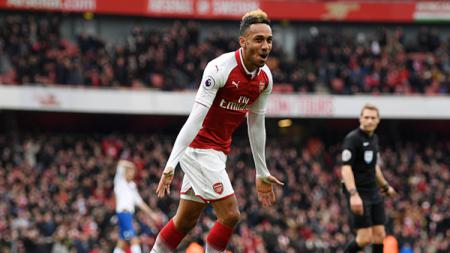 Pierre Emerick Aubameyang mencetak gol saat melawan Stoke City. - INDOSPORT