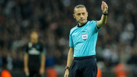 Cuneyt Cakir telah ditunjuk sebagai wasit laga semifinal Piala Dunia 2018 antara Kroasia melawan Inggris. - INDOSPORT