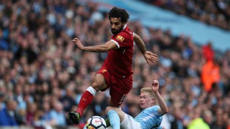 De Bruyne tengah merebut bola di kaki Mohamed Salah. - INDOSPORT