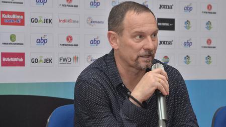 Pelatih Borneo FC, Dejan Antonic dalam jumpa pers. - INDOSPORT