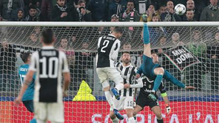 Ronaldo cetak brace dengan tendangan salto. - INDOSPORT