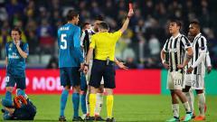 Indosport - Pemain megabintang Juventus, Paulo Dybala saat mendapat kartu merah.