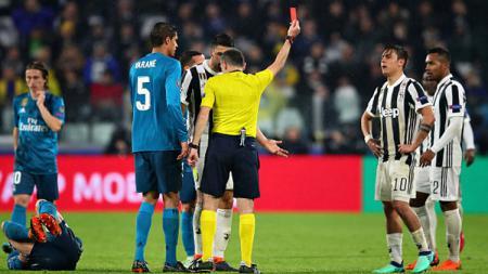 Pemain megabintang Juventus, Paulo Dybala saat mendapat kartu merah. - INDOSPORT