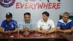 Indosport - Asisten pelatih baru Arema FC, Milan Petrovic saat diperkenalkan.