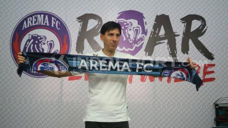 Pelatih baru Arema FC, Milan Petrovic saat diperkenalkan. - INDOSPORT