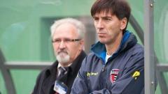 Indosport - Milan Petrovic saat berdiri di pinggir lapangan.