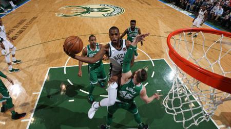 Khris Middleton berusaha memasukan bola dengan melewati pemain Boston Celtics. - INDOSPORT