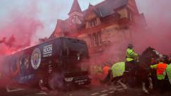 Indosport - Kerusuhan suporter Liverpool yang melakukan pelemparan ke bus Manchester City.