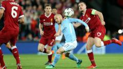 Indosport - David Silva saat dijaga ketat oleh para pemain Liverpool, dalam laga lanjutan Liga Primer Inggris musim 2018/19.