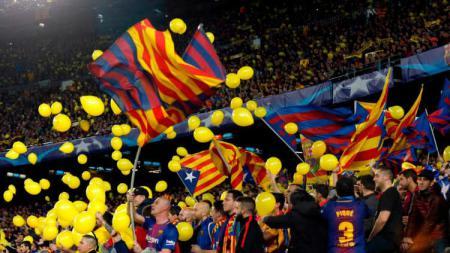Balon kuning tanda protes di pertandingan Barcelona vs AS Roma. - INDOSPORT