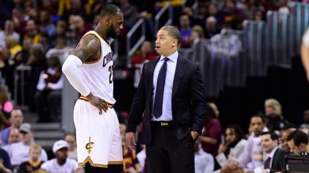 Pemain megabintang dan pelatih Cleveland Cavaliers, LeBron James dan Tyronn Lue. - INDOSPORT
