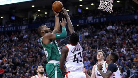 Pemain Toronto Raptors mengepung Greg Monroe pemain Boston Celtics-kanan. - INDOSPORT