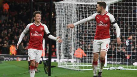 Mesut Ozil dan Aaron Ramsey. - INDOSPORT