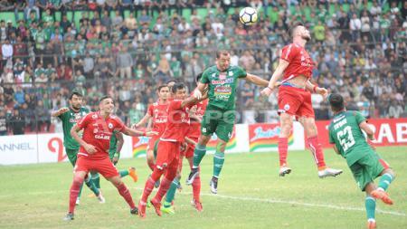 Duel udara antara Marko Simic dan Reinaldo Lobo. - INDOSPORT