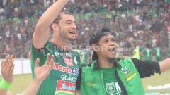 Indosport - Reinaldo Lobo bersama fans PSMS Medan usai melawan Persija Jakarta.