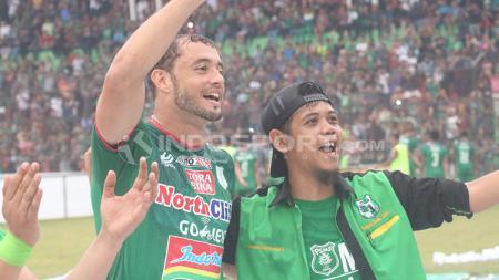 Reinaldo Lobo bersama fans PSMS Medan usai melawan Persija Jakarta. - INDOSPORT