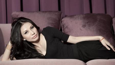 Istri dari striker Persija Jakarta Bambang Pamungkas, Tribuana Tungga Dewi. - INDOSPORT