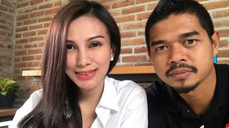 Bambang Pamungkas bersama sang istri, Tribuana Tungga Dewi. - INDOSPORT