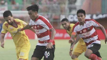 Alfath Fathier dijaga ketat oleh pemain Sriwijaya FC. - INDOSPORT