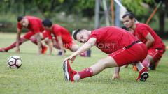 Indosport - Marko Simic dan para pemain Persija lainnya melakukan perenggangan.