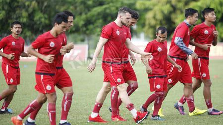 Para pemain Persija Jakarta melakukan jogging sebelum memulai latihan. - INDOSPORT