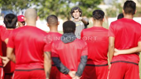 Pelatih Persija Jakarta, Stefano Cugurra Teco memberi arahan kepada para pemain sebelum memulai latihan. - INDOSPORT