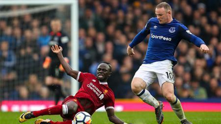 Sadio Mane (kiri) dan Wayne Rooney (kanan) sedang berebut bola dalam pertandingan laga premier Inggris Everton kontra Liverpool - INDOSPORT