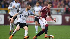 Indosport - Daniele Baselli (kanan) berusaha mengamankan bola dari kejaran Marcelo Brozovic.