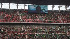 Indosport - Tampak wajah Jacksen F. Tiago di tribun kontra Persebaya.