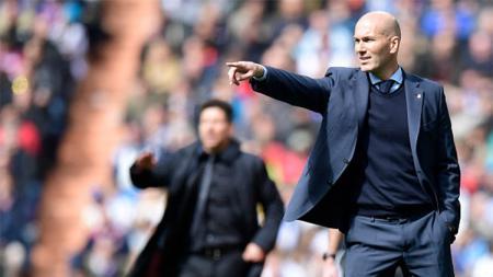 Pelatih Real Madrid, Zinedine Zidane, dan pelatih Atletico Madrid, Diego Simeone, akan menjalani derbi mereka yang ke-12 dalam laga pekan ke-22 LaLiga Spanyol. - INDOSPORT