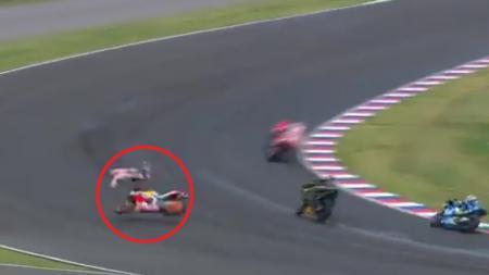 Dani Pedrosa terjatuh dalam lintasan balap. - INDOSPORT