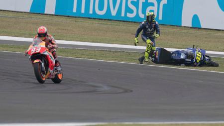 Valentino Rossi tampak melihat ke arah Marc Marquez yang melaju. - INDOSPORT