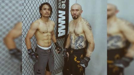 Aktor tenar Indonesia, Randy Pangalila (kiri), memamerkan kemampuannya bermain skateboard di Green Skate Park Taman Mini, Jakarta, sambil tanpa pakai baju. - INDOSPORT