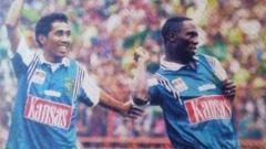 Indosport - Jacksen F Tiago saat masih membela Persebaya sebagai pemain sepak bola.