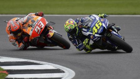Valentino Rossi dan Marc Marquez saat berduel di atas lintasan balap. - INDOSPORT