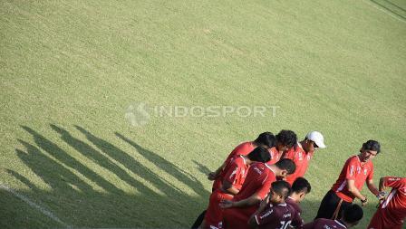 Para pemain Persija sedang mendengarkan arahan pelatih Teco.