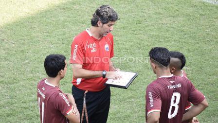 Pelatih Persija, Stefano Cugurra Teco sedang memberikan arahan kepada para pemainnya.