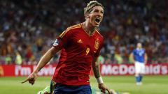 Indosport - Mantan striker Timnas Spanyol, Fernando Torres, memperlihatkan penampilan yang berbeda sebagai asisten pelatih tim muda Atletico Madrid.